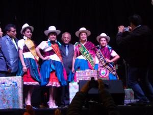 Dr. Jorge Coello Alcalde del GAD Municipal Chordeleg acompañado de la Cholita y su corte de honor